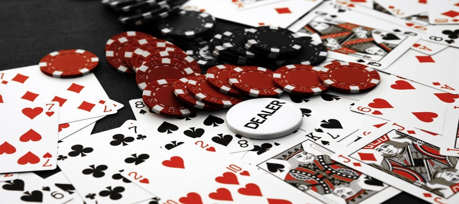 Pros and Cons of Playing at an Online Casino
